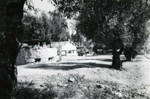 Entrée d'une base militaire française installée dans une ferme fortifiée près de Sidi Bel Abbès