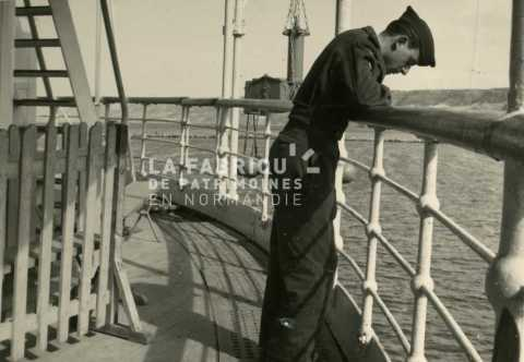 Appelé de la guerre d'Algérie sur le pont d'un navire.