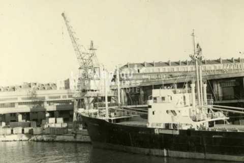 Navire marchand au port