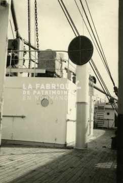 Navire utilisé par l'armée française en Algérie traversant la Méditerranée.