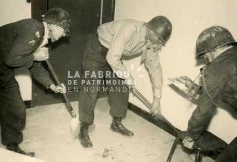 Soldats français jouant durant une fête