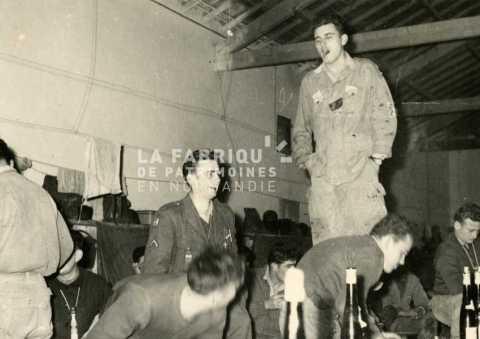 Fête et repas entre soldats français durant la guerre d'Algérie