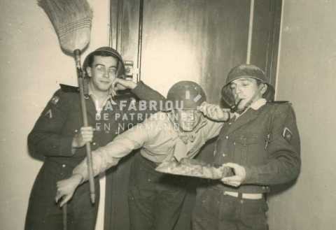 Soldats français jouant durant la guerre d'Algérie