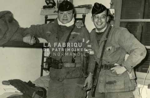 Soldats français posant dans leur chambre