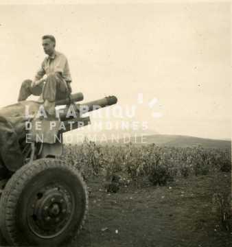 Soldat français posant sur un canon d'artillerie durant la guerre d'Algérie