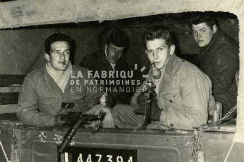 Soldats de l'armée française posant en armes dans un dodge en Algérie
