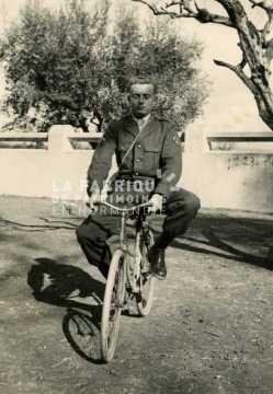 Soldat à vélo en Algérie