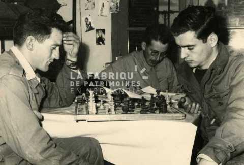 Soldats français jouant aux échecs