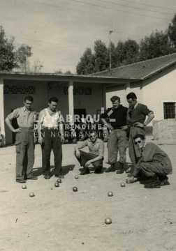Soldats jouant à la pétanque en Algérie
