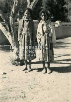 Jeunes filles posant dans une cour d'école en Algérie