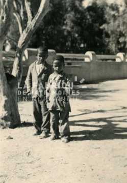 Jeunes garçons posant dans une cour d'école