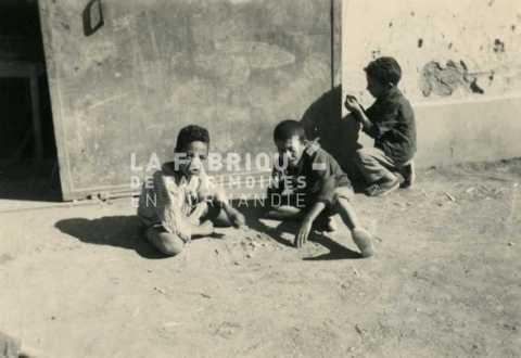 Enfants jouant dans une cour d'école