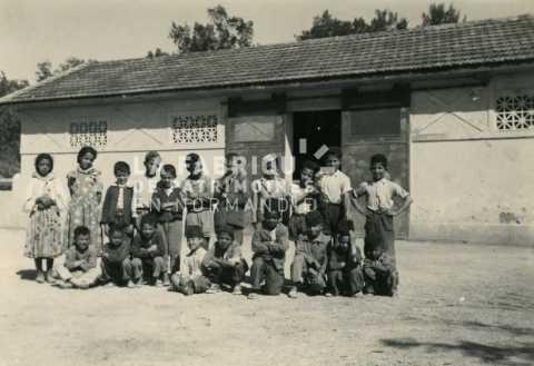 Enfants posant dans une cour d'école en Algérie