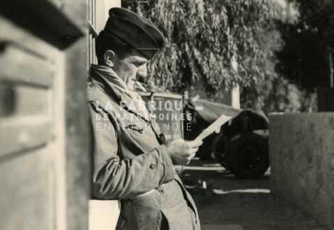 Soldat français lisant un courrier en Algérie