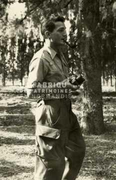 Soldat français fumant sa pipe en Algérie