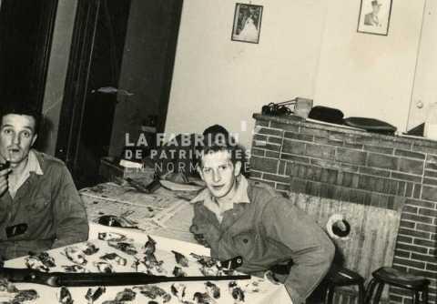 Soldats français posant avec leur tableau de chasse en Algérie