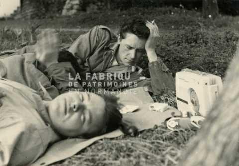 Soldats français au repos écoutant la radio sur un transistor en Algérie.
