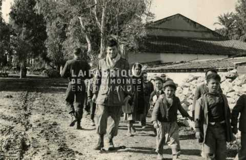 Soldat français avec des enfants en Algérie