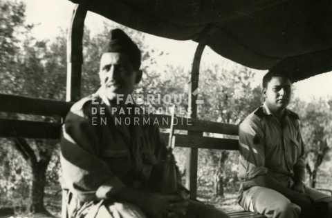 Soldats français dans un GMC en Algérie