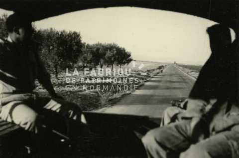 Soldats français dans un camion GMC en Algérie