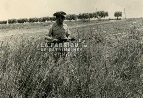 Soldat français en train de chasser en Algérie