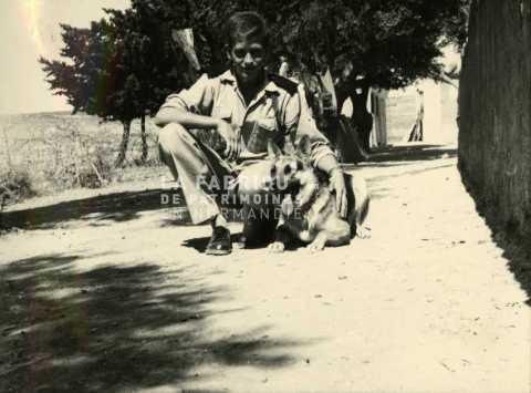 Soldat français posant avec un berger allemand