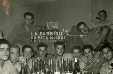 Soldats français au repos prenant une photo souvenir