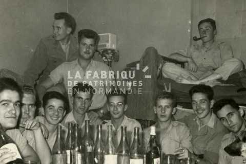Soldats français posant pour une photographie souvenir en Algérie