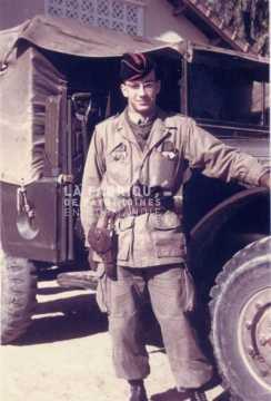 Soldat français devant un dodge WC 51 en Algérie