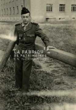 Soldat français effectuant son service militaire en tenue de sortie