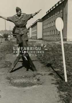 Soldat français réalisant le parcours du combattant
