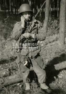 Soldat militaire avec une radio durant sa formation