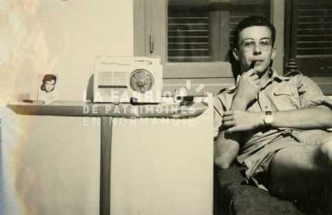 Soldat français écoutant la radio et fumant sa pipe