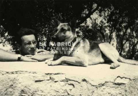 Soldat français et son chien en Algérie