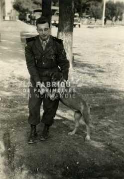 Soldat français en tenue de sortie avec son berger allemand en Algérie