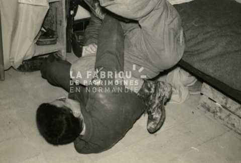 Soldats français jouant dans leur chambre