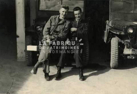 Soldats français assis sur une jeep en Algérie
