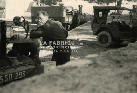 Soldat français entre des véhicules militaires en Algérie
