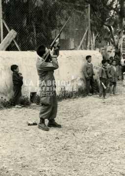 Soldat français chassant en Algérie devant des enfants