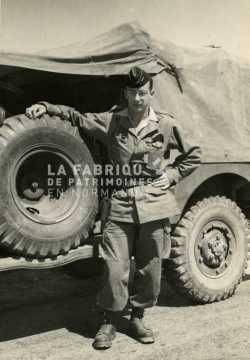 Soldat français devant un dodge en Algérie