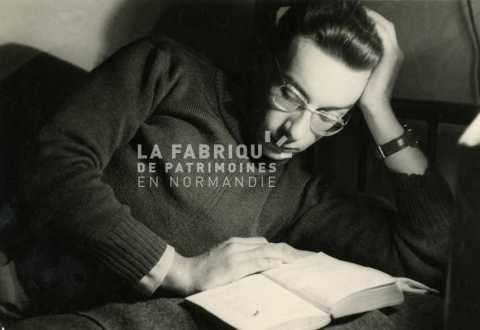 Soldat français lisant en Algérie