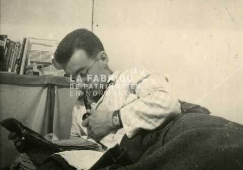 Soldat français lisant le journal en Algérie