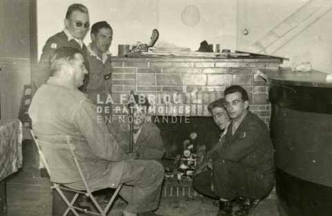 Soldats français devant une cheminée