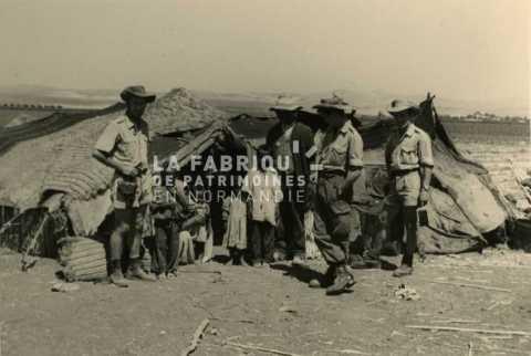 Soldats français et famille nomade en Algérie