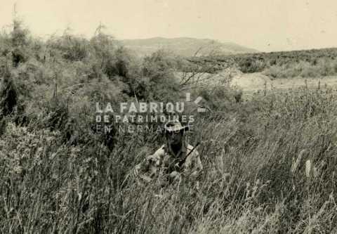 Soldat français chassant durant la guerre d'Algérie