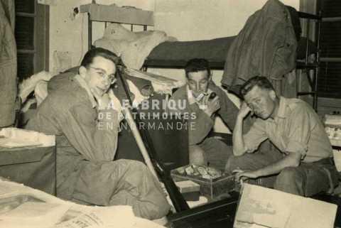 Soldats français dans leur chambre en Algérie