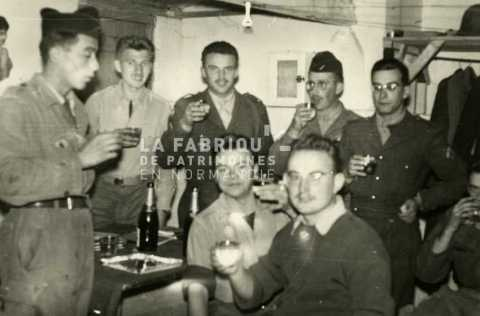 Soldats français lors d'un repas festif en Algérie