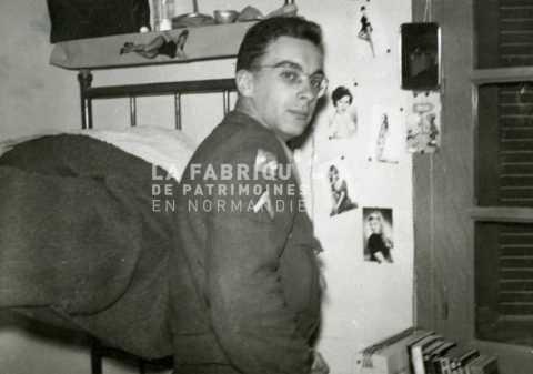 Soldat français dans sa chambre en Algérie