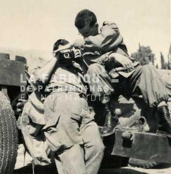 Soldats français prenant une photographie sur un canon M2 de 105 mm en Algérie