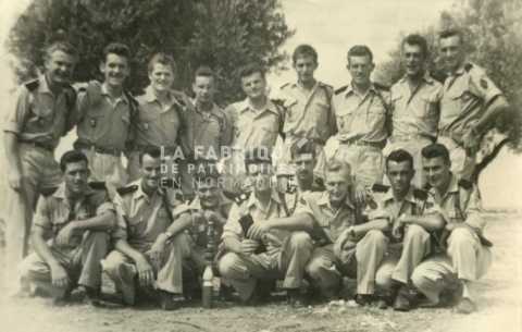 Soldats français prenant une photographie souvenir en Algérie